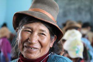 Seniorin, lächelt, hat einen Hut aufgesetzt