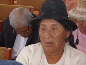 Seniorin, trägt einen Hut und schaut nach links
