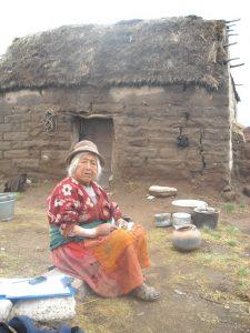 Alte Frau aus Ayaviri vor ihrem Haus