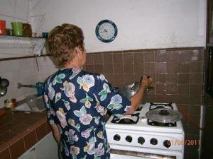 Freiwillige Helferin kocht eine Mahlzeit für Bedürftige