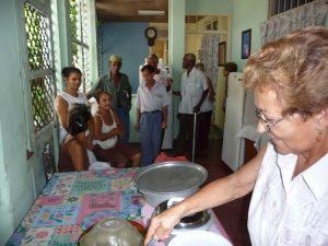 Eine Freiwillige verteilt warme Mahlzeiten an Bedürftige