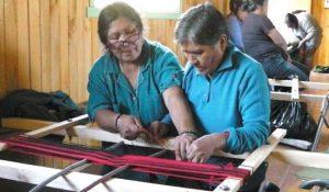 Senioren bei der Arbeit an einem Webstuhl