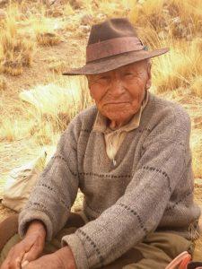 Alter Mann auf dem Land in Caraveli