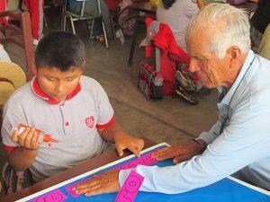 Alte Menschen und Kinder sprechen miteinander