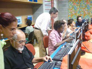 Senioren und Kinder machen ihre ersten Erfahrungen mit den Internet
