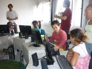 Kinder beim Erforschen der Welt des Computers