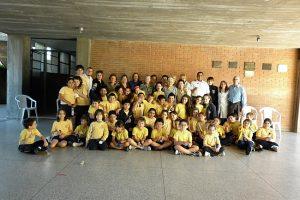 Schulklasse im Colegio Mariano mit Lehrer/in und alten Menschen