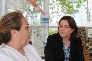 Andrea Poscai Koordinatorin in Florianopolis im Gespräch mit einer Altenpflegehelferin