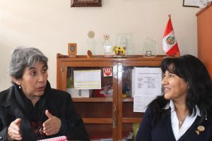 Die Generalsekretaerin der Caritas Lila Barahona im Gespräch mit einer Lehrerin der Schule Fe und Alegria
