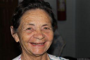 Seniorin, schaut in die Kamera und lächelt