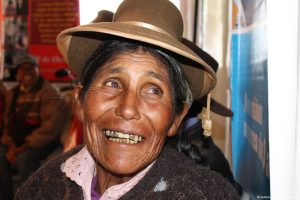 Seniorin, schaut mit einem großen Lächeln nach rechts