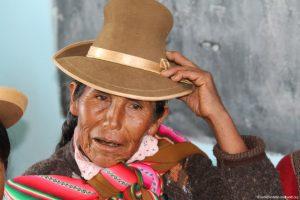 Seniorin, fässt sich an ihren Hut