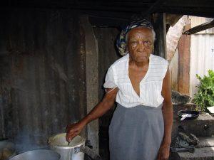 Seniorin Kuba kocht Brei