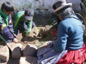 Kinder und Senioren pflanzen Bäume in Peru