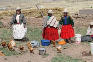 Peruanische Frauen beim Kochen im Freien