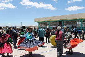 Tanzende und feiernde Peruaner