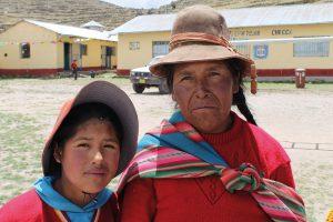 Junges peruanisches Mädchen mit ihrer Großmutter