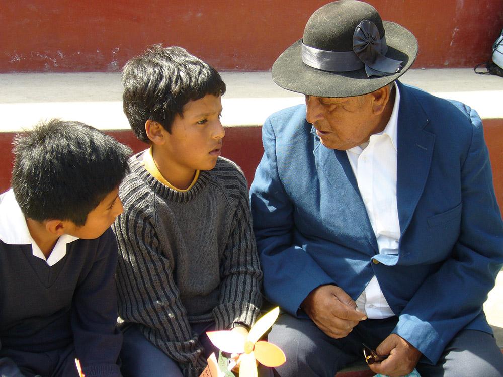 Senior im Gespräch mit zwei Jungen