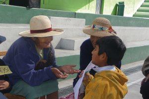 Seniorinnen im Gespräch mit einem Jungen